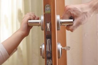 Почему выгодно заказывать установку дверей у профессионалов?